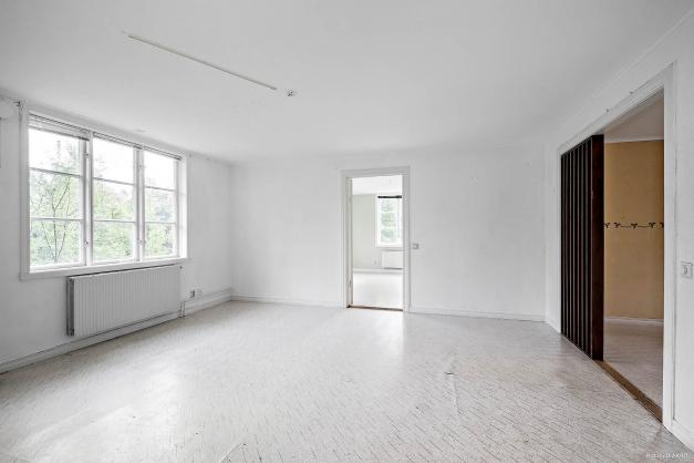Vardagsrum i lägenhet på entréplan och flygelbyggnad