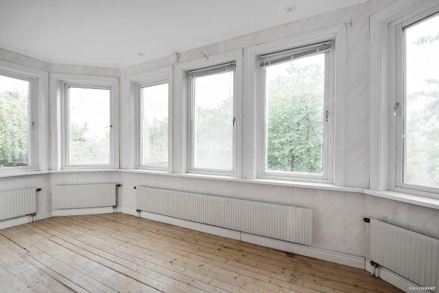 Burspråk för ljus och rymd till vardagsrum i lägenhet på entréplan och huvudbyggnad