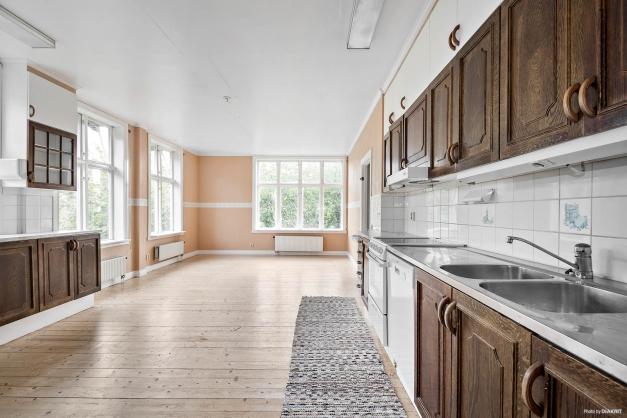 Magnifikt kök i lägenhet på entréplan i huvudbyggnad