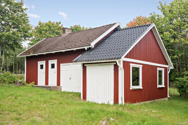 Gårdshus med tillbyggnad (1991) av extra garage.