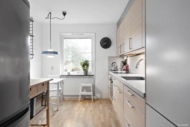 """Snyggt kök med nyare inredning från Ballingslöv. Fin bänkskiva """"Virrvarr"""", diskmaskin, häll, fläkt, kombinerad kyl och frys samt både skafferi och städskåp."""
