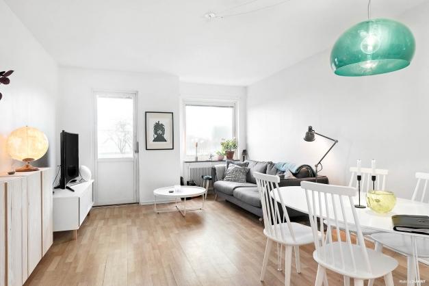 Vardagsrum med plats för både soffa och matbord