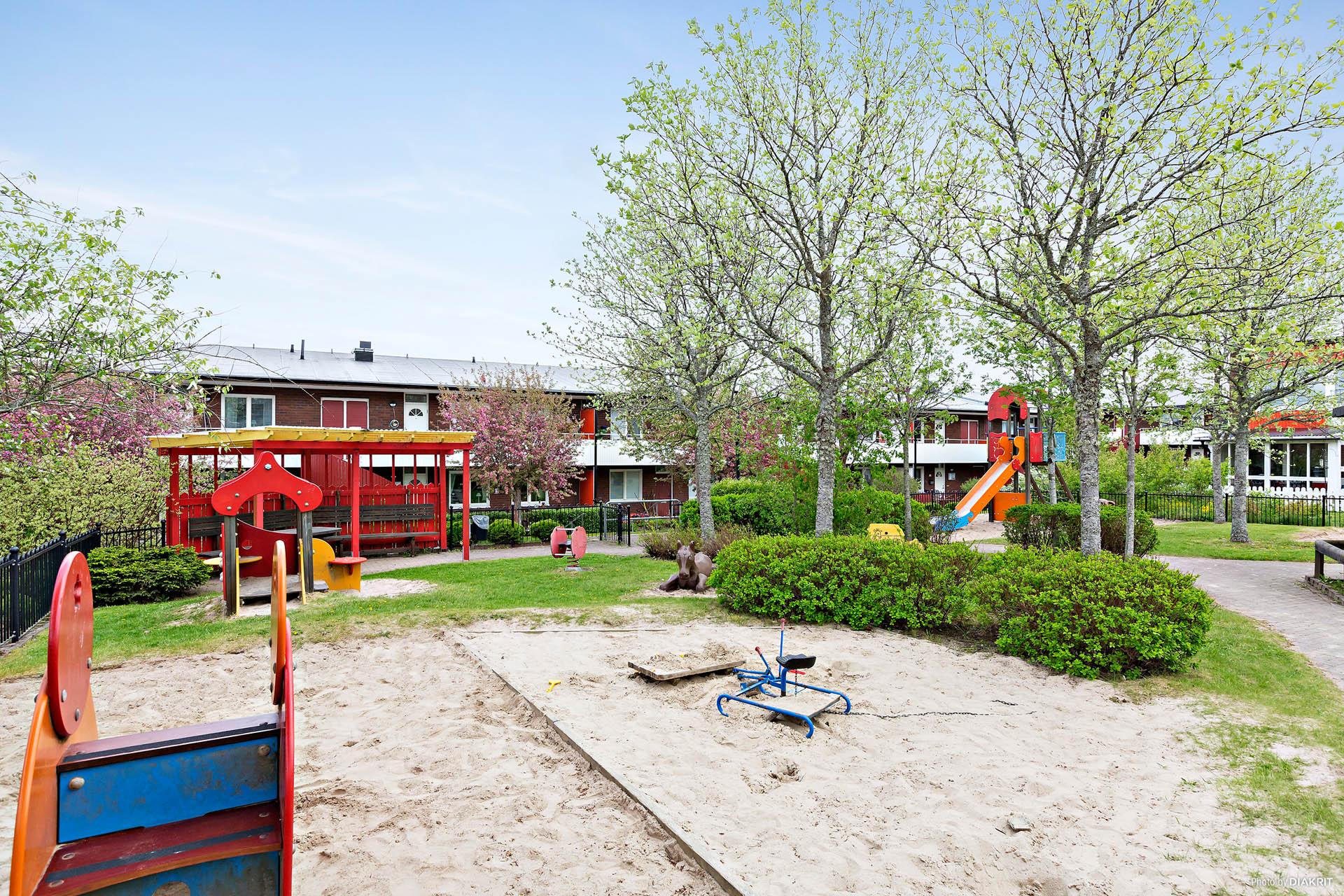 En av flera lekplatser i området