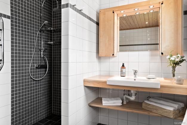 Helkaklat badrum med snygga detaljer.