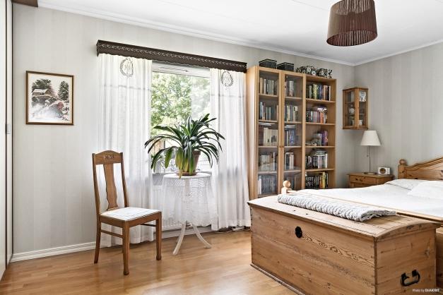 Stort sovrum med garderober.