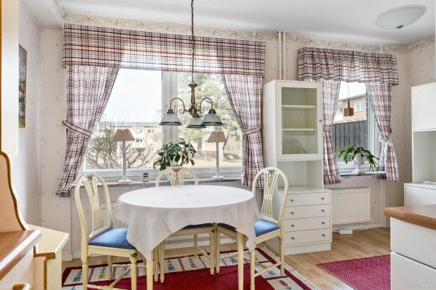Matplats i kök med plats för ett rejält köksbord.