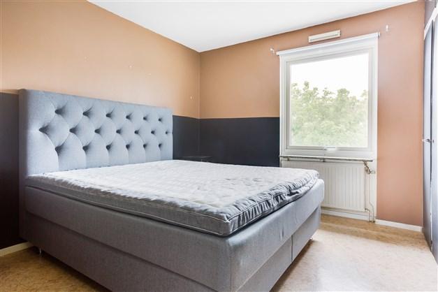 Sovrum med flera garderober.