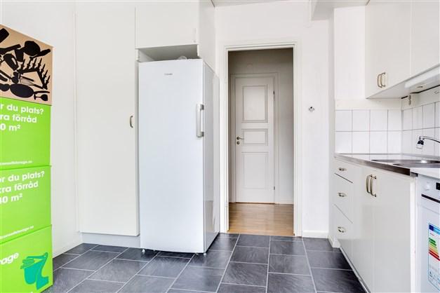 Köket är fullt utrustat och har plats för köksmöbel.