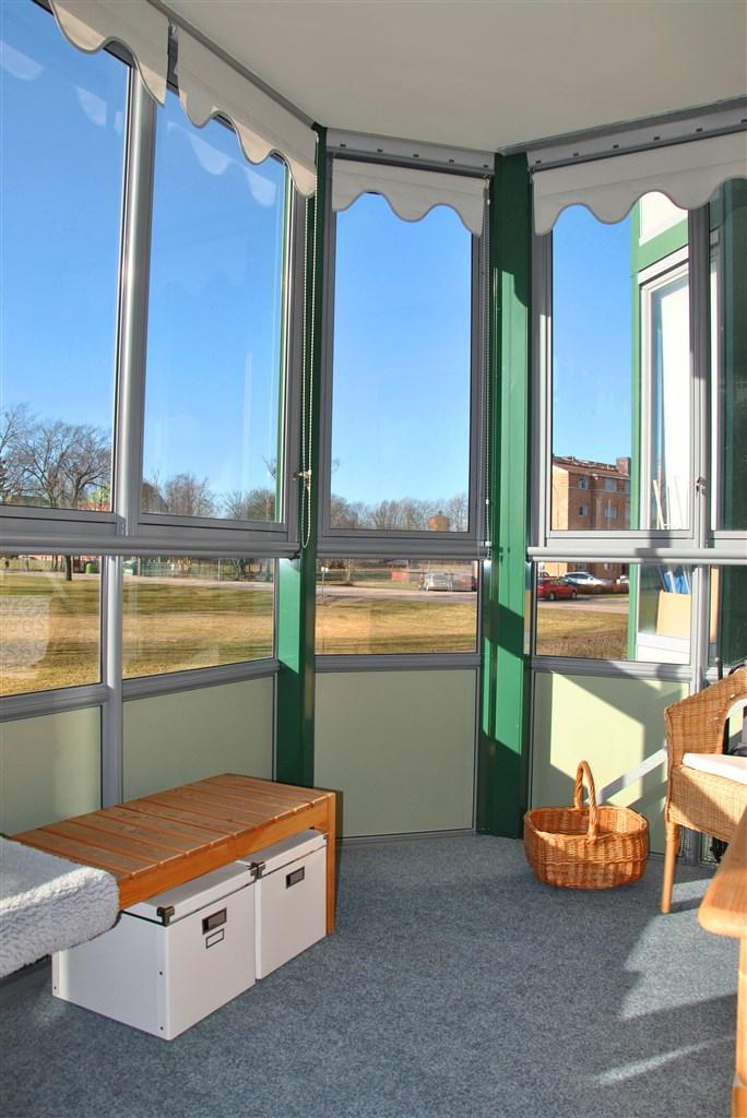 ... den inglasade balkongen. Här är det gott om plats, nästan 8 m².