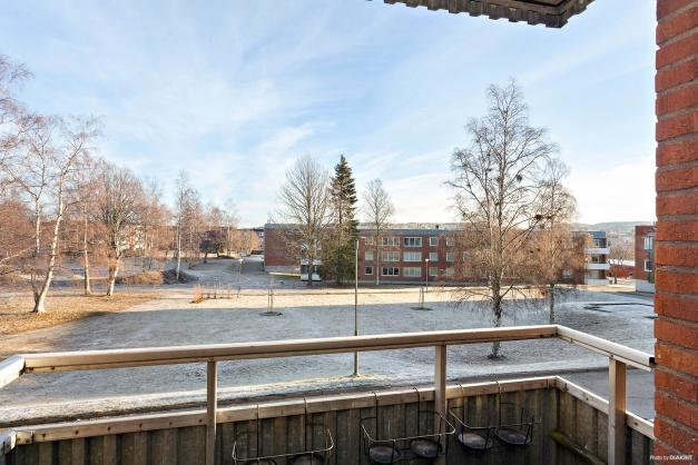 Utsikt från balkongen med förmiddagssol