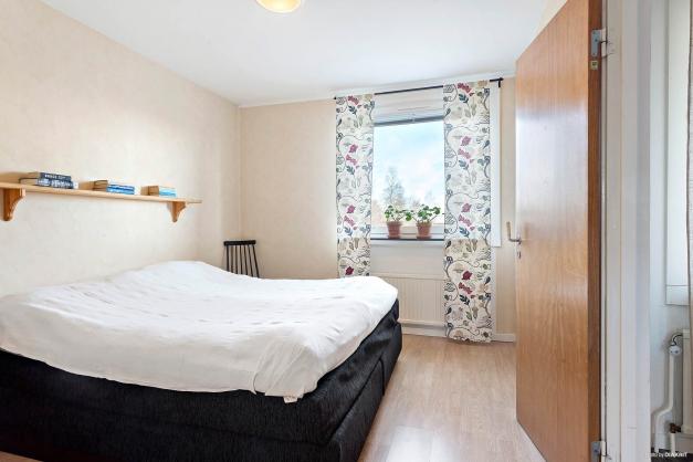 Sovrummet som nås både från köket och inre hallen