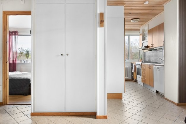 Praktiska garderober mellan kök och sovrum