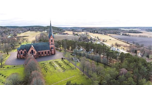 Den vackra Högsäters kyrka stod klar 1902. Med dess höga läge stoltserar den över byn.