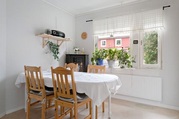 Kök med plats för matbord.
