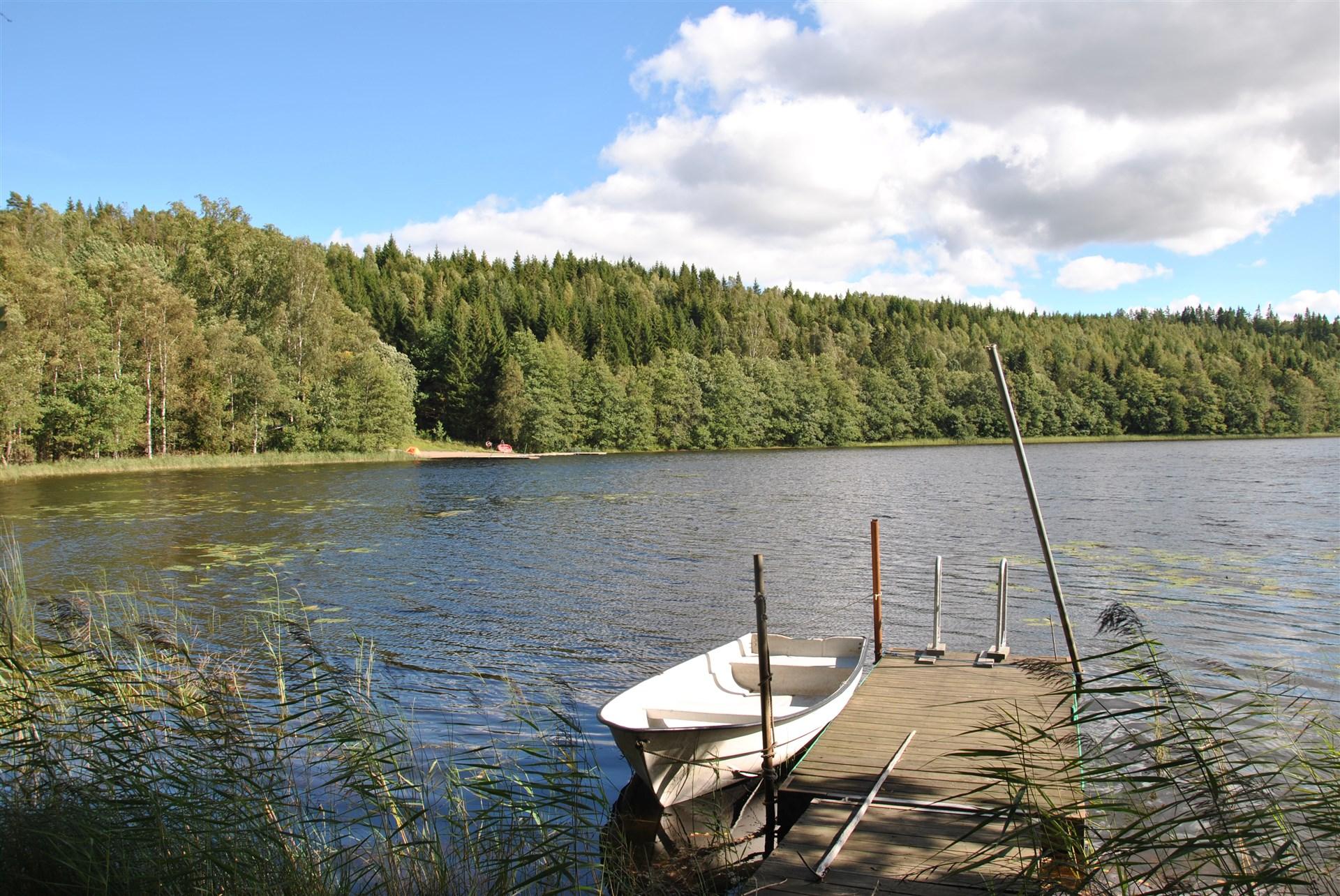 Ägarna har idag tillåtelse att ha egen brygga nere vid sjön. På andra sidan sjön ligger en kommunal badplats