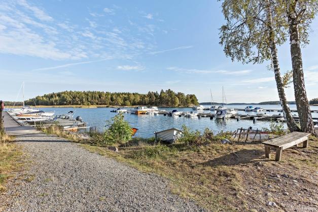 Den stora båthamnen i området