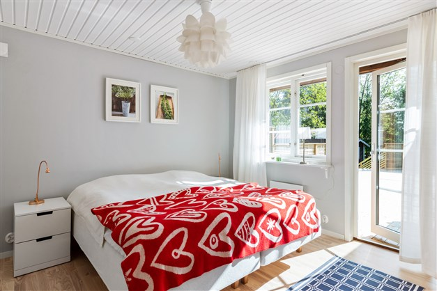 Det större sovrummet med utgång till altanen