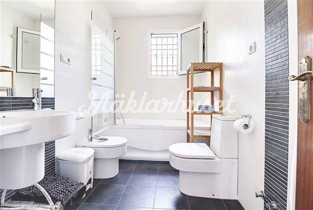 Modernt och stilrent badrum