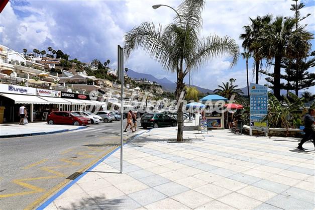 Flertal restauranger och butiker längs strandkanten