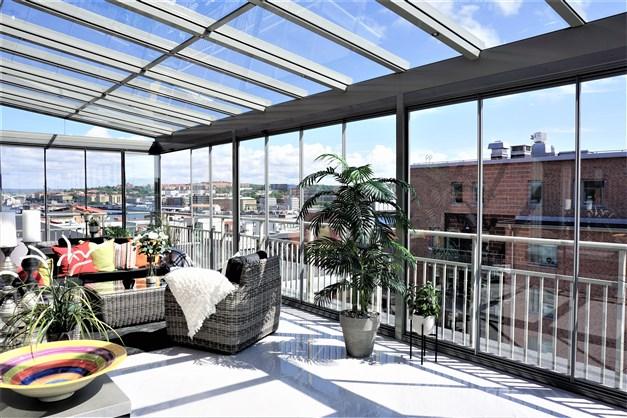 Underbar takterrass om hela 35 kvm med öppningsbara glaspartier och glastak med spotlights.