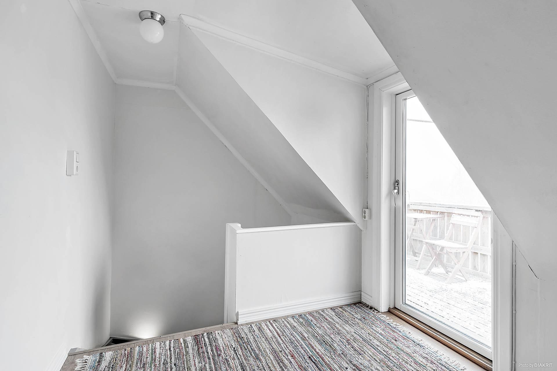 Övervåning med balkong.