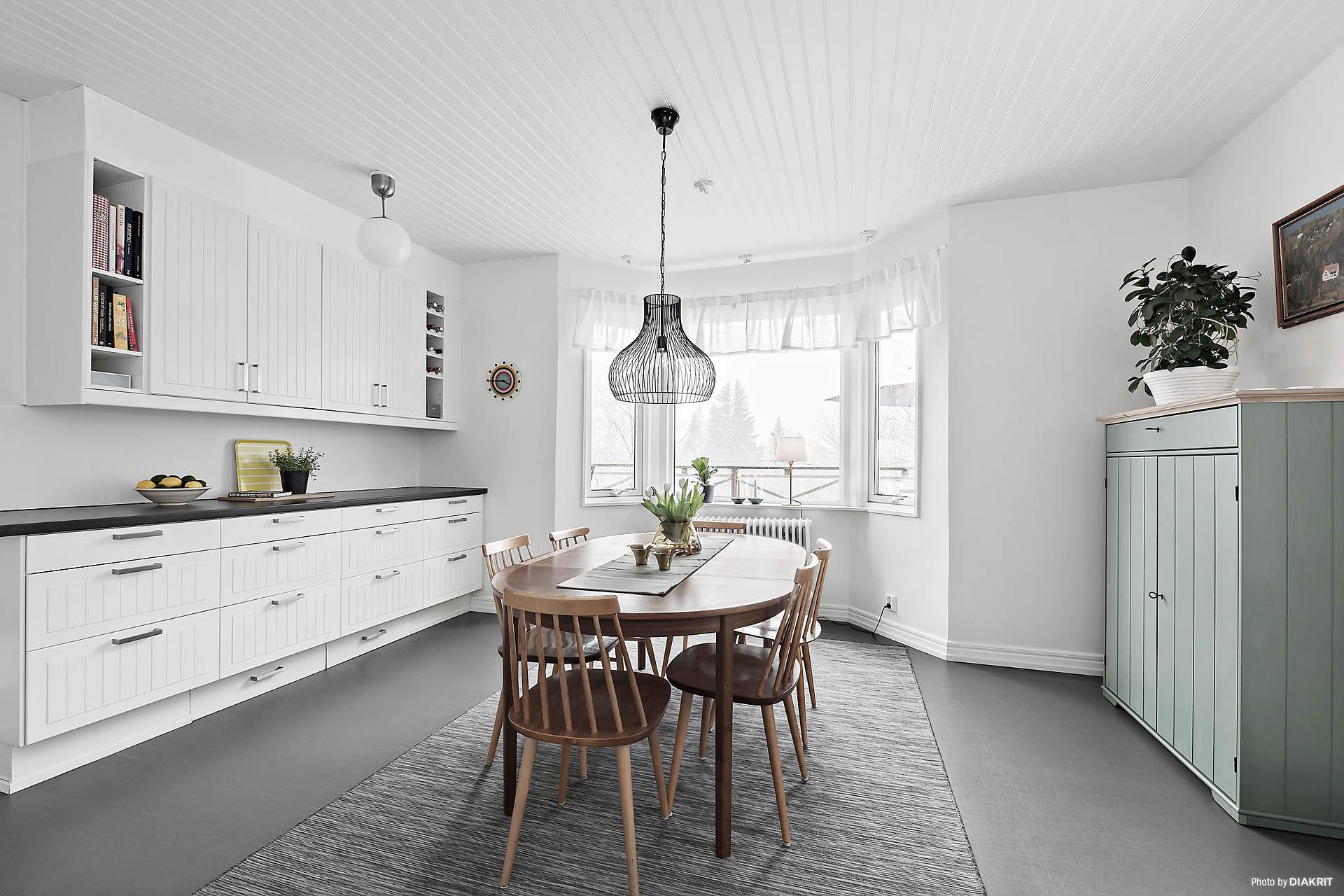 Kök med gott om plats för matbord.