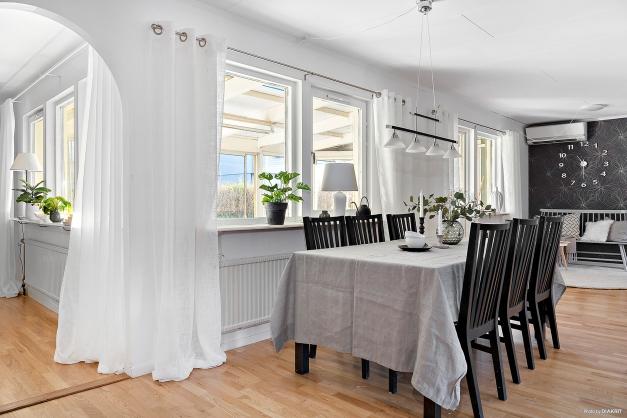 Vardagsrum och kök ligger i anslutning till varandra