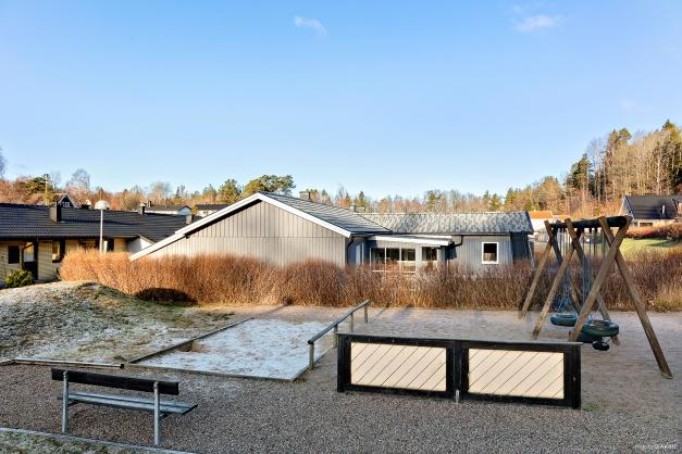 Välkomna till detta barnvänligt belägna radhus i populära Valåsdalen!