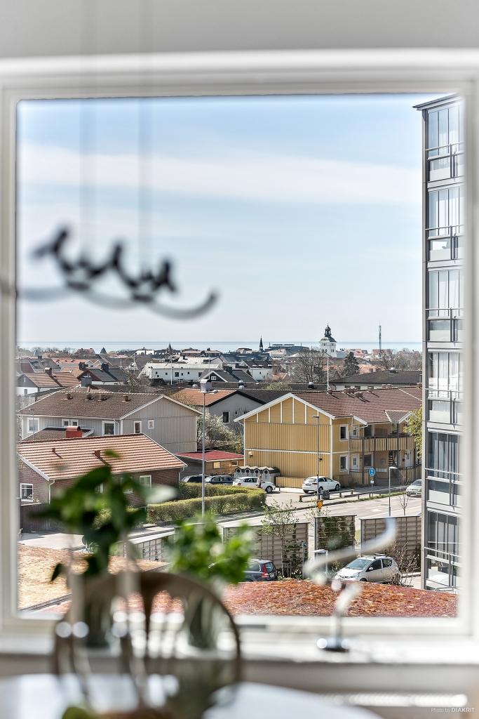 Den magiska utsikten har du från både vardagsrum, balkong och ett av sovrummen.