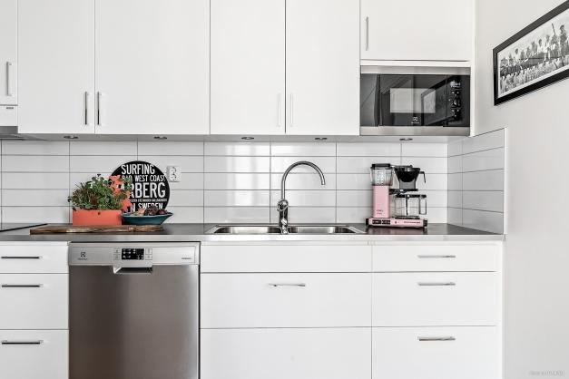 Välutrustat med kyl och frys i fullhöjd, spis, fläkt, diskmaskin och inbyggd micro.