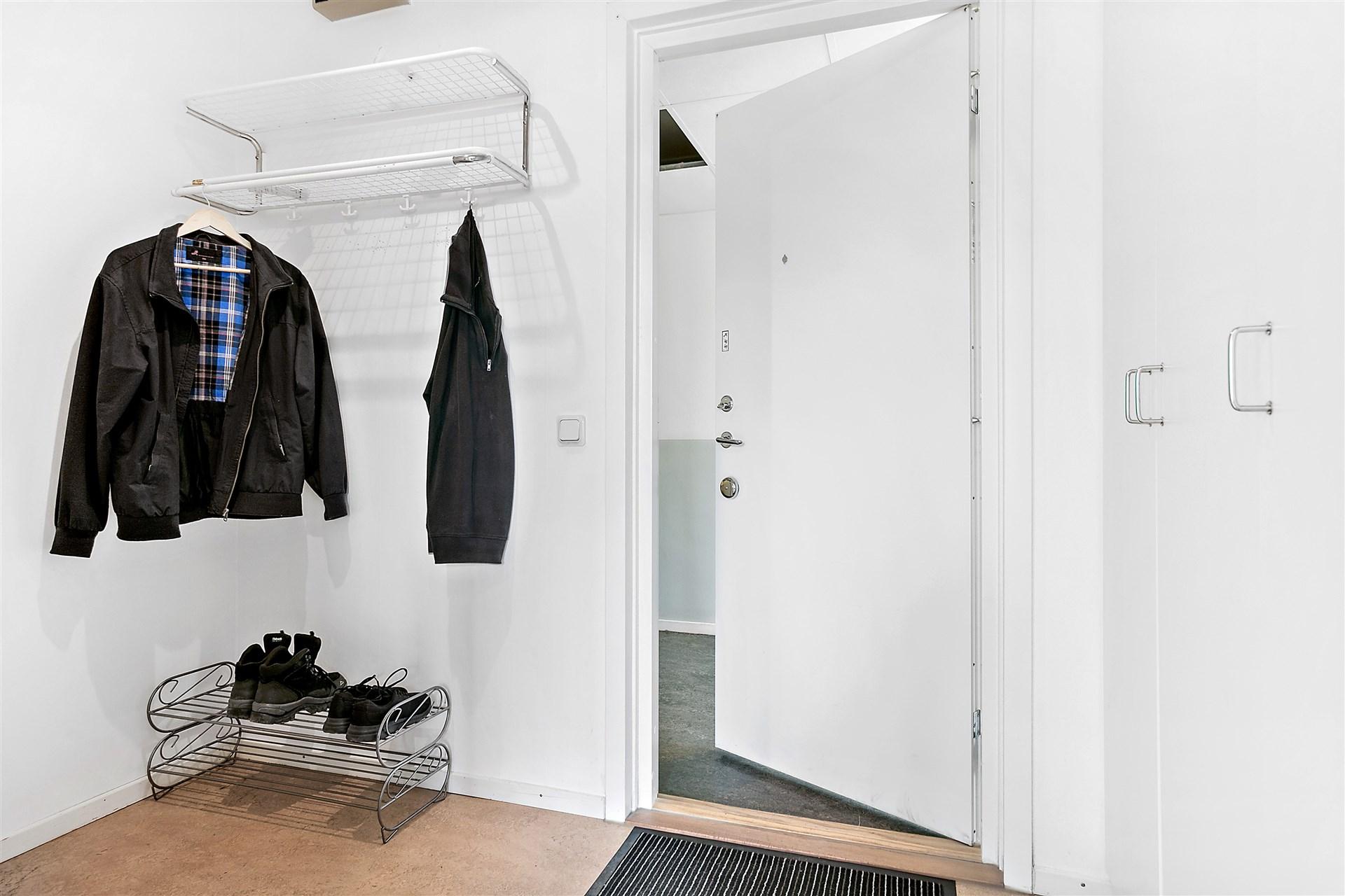 Entréhall med garderober och klädkammare.