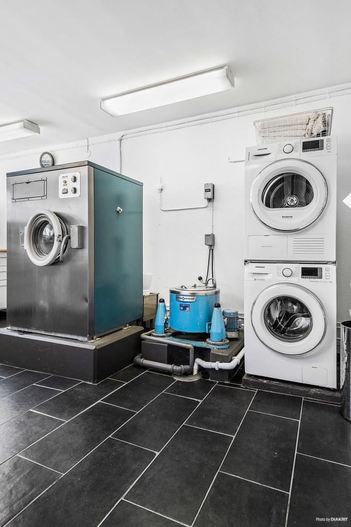 Tvättmaskin och torktumlare från 2016.  Miele 40 kg tvättmaskin från 1968.