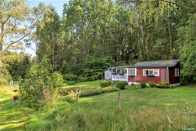 Huset ligger beläget på lugn återvändsgata med ett fantastiskt läge på en grön och uppvuxen tomt.