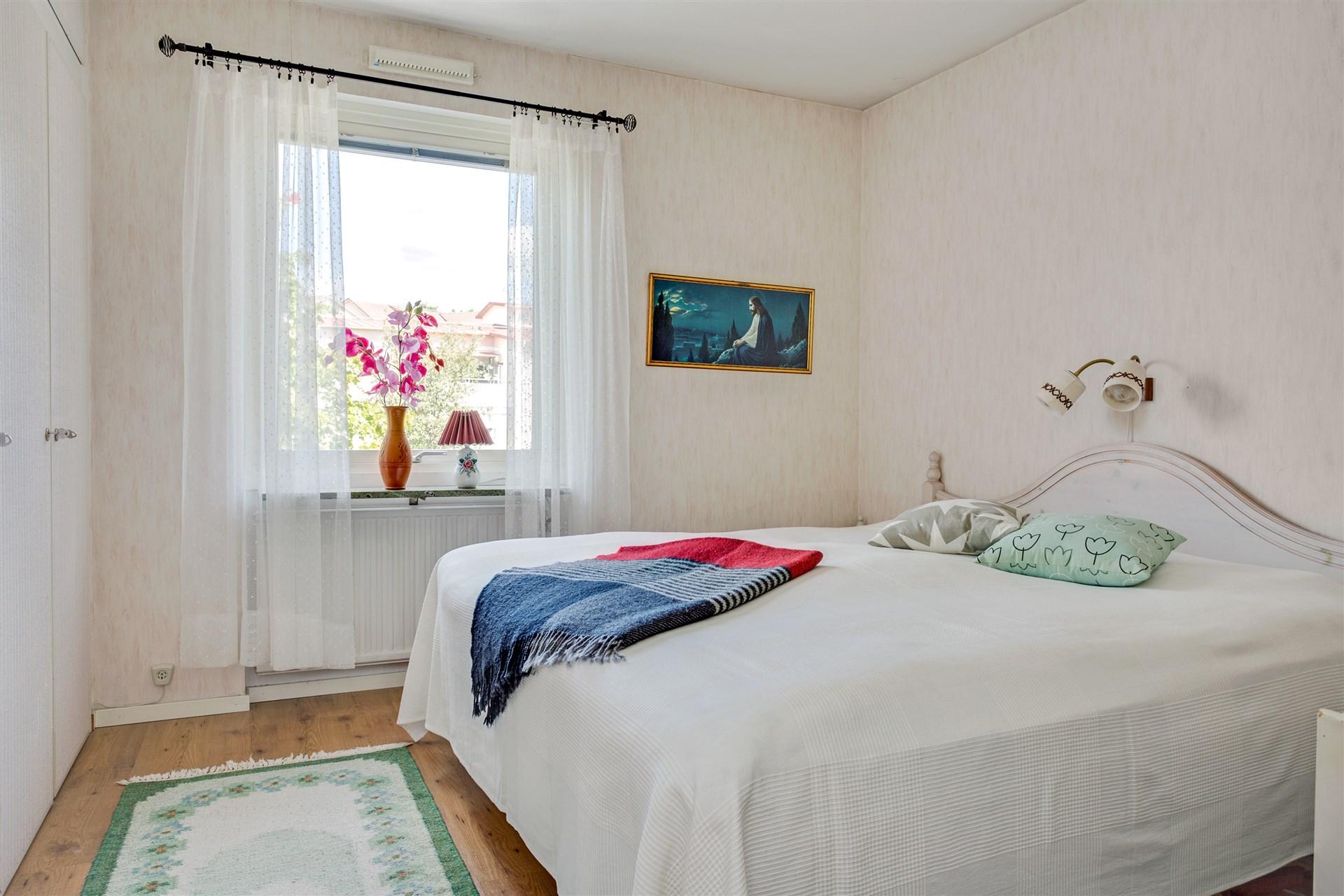 Sovrum med hel garderobsvägg.