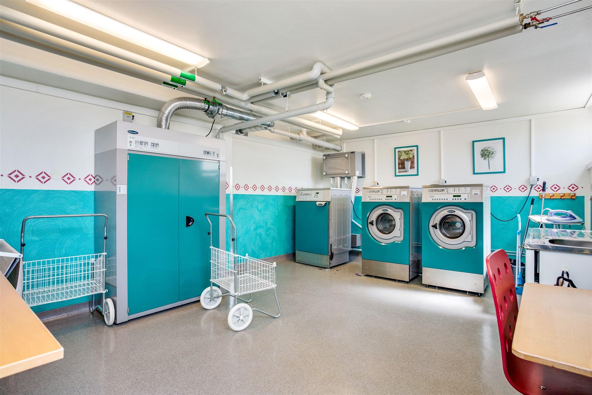I källaren finns stor och fin tvättstuga.