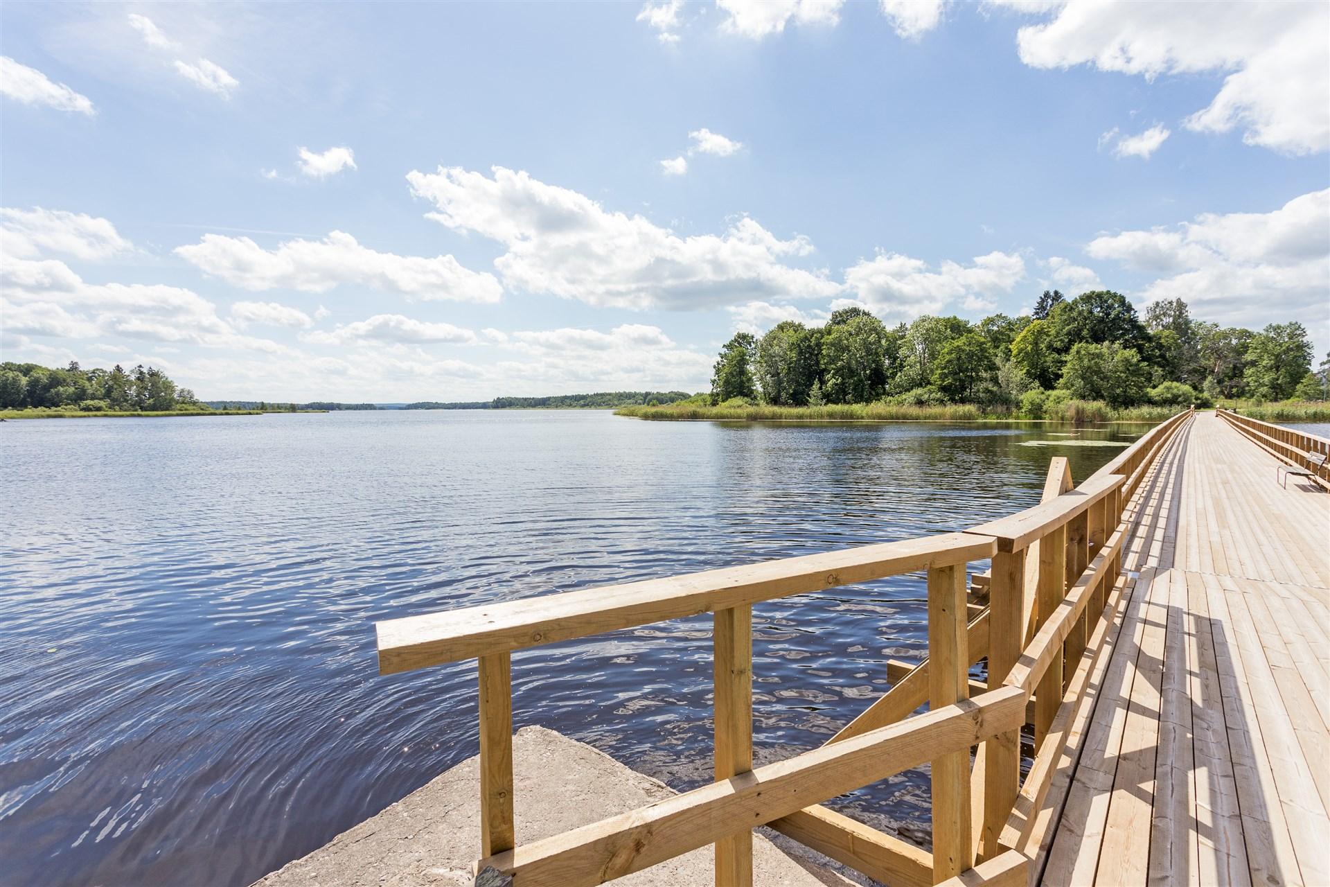 Gångavstånd till sjön Väringen med fina promenadstråk.