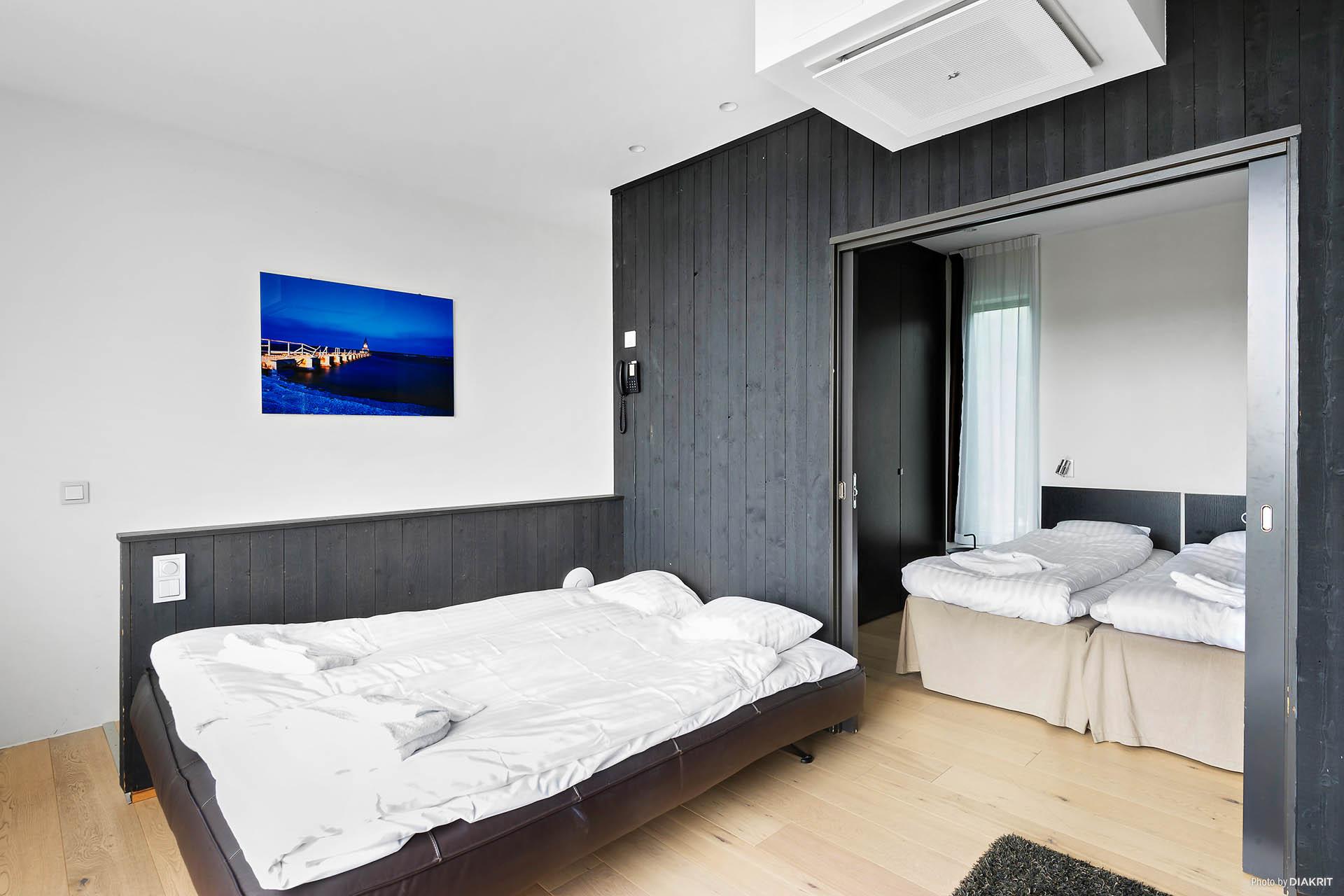 Sovrum med förvaring innanför vardagsrummet