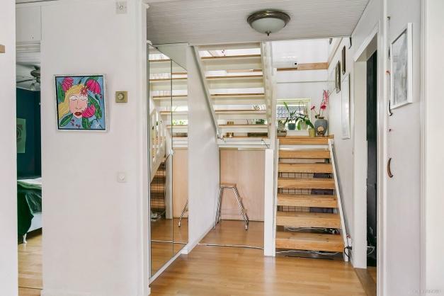 Från entré leder trappa upp till övre plan