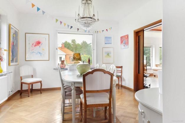 Matsal i fil med vardagsrum och salong