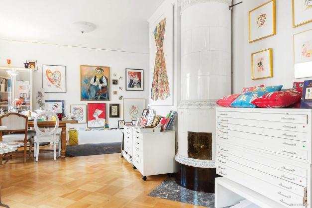Salong i fil med vardagsrummet, används idag som rymlig ateljé