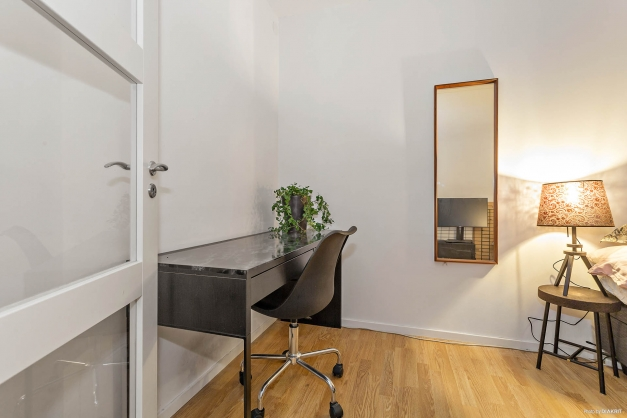 Kontorshörna/plats för garderober i sovrummet.