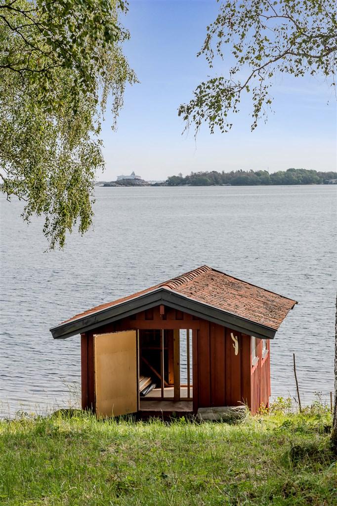 Batsuhuset ligger med ett perfekt läge för ett svalkande dopp i det friska havsvattnet