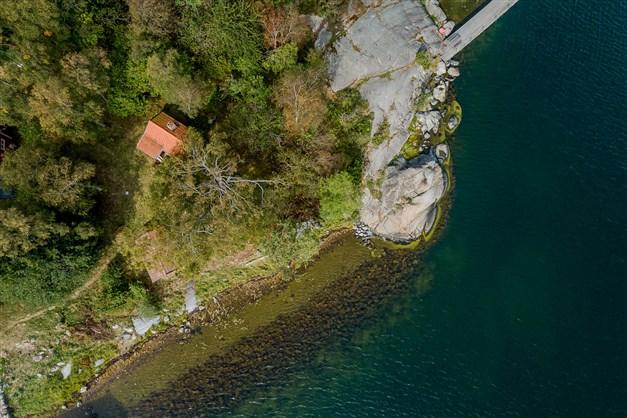 Fin och bred strandlinje med som du enkelt kan söka om förhandsbesked för båt- och badbrygga med segelbåtsdjup.
