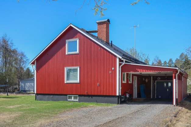 1 ½ plansvilla med stort garage och carport