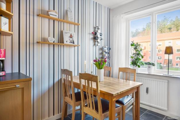 KÖK - Plats för stort matbord som går att möbler på flera sätt framför köksfönstret