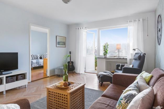 VARDAGSRUM - Stort härligt vardagsrum med utgång till balkong i soligt söderläge