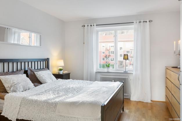 SOVRUM 1 - Största sovrummet rymmer stor dubbelsäng samt byrå eller arbetshörna