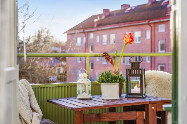 BALKONG - Vackra V-formade balkongen med utgång både från vardagsrum och sovrum.