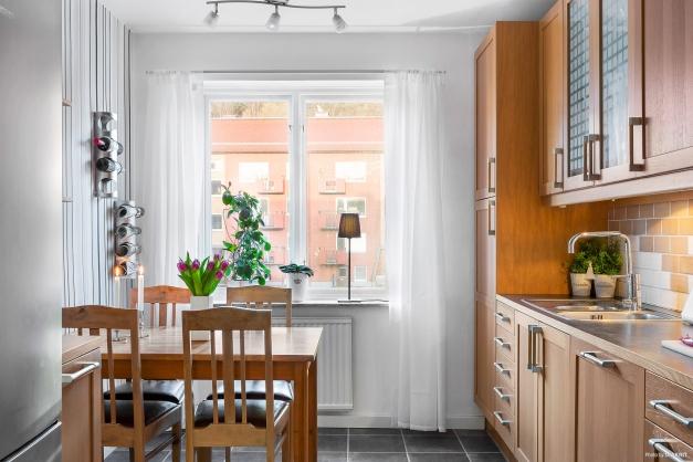 KÖK - Fint kök med vackra köksskåp med vitrindörrar och sidobänk