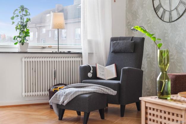 VARDAGSRUM - Stort ljusinsläpp med balkongdörr och brett fönster med fin fönsterbräda